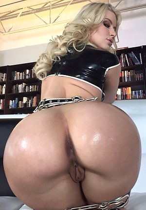 Big Booty MILF Porn Pictures